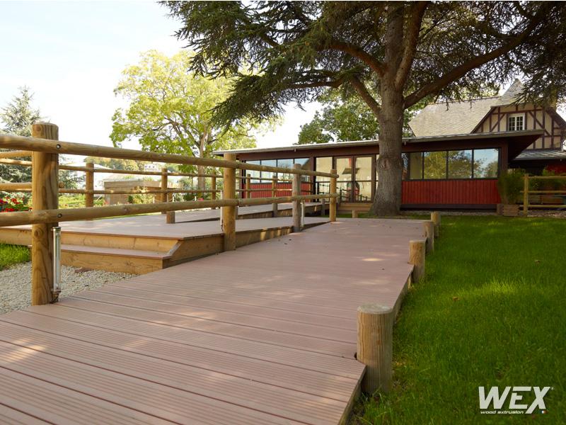 Terrasse en bois composite pour une maison privée de Bretagne