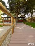 Terrasse en bois composite pour une piscine de Guadeloupe